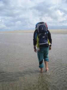 Wandern im Wattenmeer. Für den Kinderwagen ist hier Schluss. Da geht es nur mit der Kindertrage weiter.  foto (c) kinderoutdoor.de