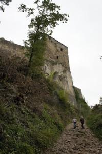 Burgen locken auch in Hessen die kleinen Wanderer hinauf. Gut, wenn man als Eltern eine Kindertrage dabei hat.  Foto (c ) kinderoutdoor.de