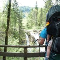 Mit der Kindertrage kommt Ihr auch im Heutal gut vorwärts. Es erwarten Euch spekatkuläre Blicke auf die beiden Wasserfälle.   Foto (c) kinderoutdoor.de