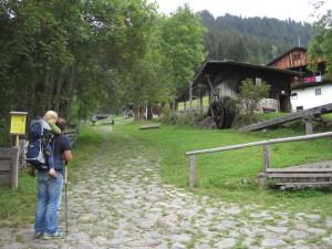 Egal wie hoch Ihr mit der Kindertrage steigt: Trekkingstöcke gebe am Berg richtig Schub.  Foto (c) kinderoutdoor.de