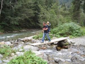 An schmalen Stellen geben Trekkingstöcke die nötige Sicherheit, wenn Ihr eine Kindertrage auf dem Rücken habt.  Foto (c) kinderoutdoor.de
