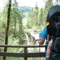 Kindertragen im Sommer: Da müsst Ihr die Kinder gut eincremen.   Foto (c) kinderoutdoor.de