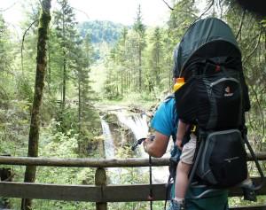 Wandern mit der Kindertrage: Da ist gutes Material und der gesunde Menschenverstand wichtig. Foto (c) kinderoutdoor.de
