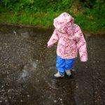 Kindertragen leihen bietet einen neuen kostenlosen Verleihservice von Kinderregenjacken und Hosen an.   foto (c) kinderoutdoor.de