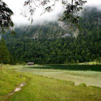 Wandern mit Kindertrage rauf zum malerischen Ferchsensee bei Mittenwald. Unterwegs gibt es den Lautersee zum Abkühlen.   foto (c) kinderoutdoor.de