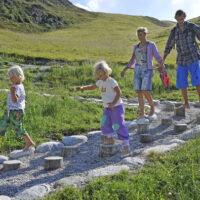 Familienurlaub am Spieljoch unterwegs: Wasser, Barfuß und Kindertrage©Wörgötter & friends