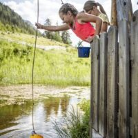 Wandern mit der Kindertrage in Nauders Waldpark ©TVB Tiroler Oberland / Florian Albert
