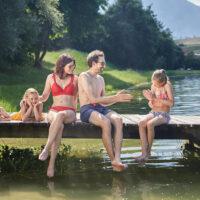 Mit der Familie im Sommer in Innsbruck unterwegs: Eine ganze Reihe von Badeseen und Freibädern bietet die Region.   Foto: Innsbruck Tourismus