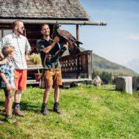 familie_auf_der_greifvogelwarte_c_david_innerhofer_tourismusverband_rauris